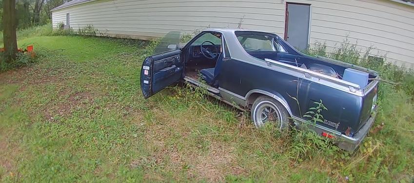 Uočio je napušteni auto i odlučio da proveri šta se u njemu nalazi, bolje da nije ni gledao (VIDEO)