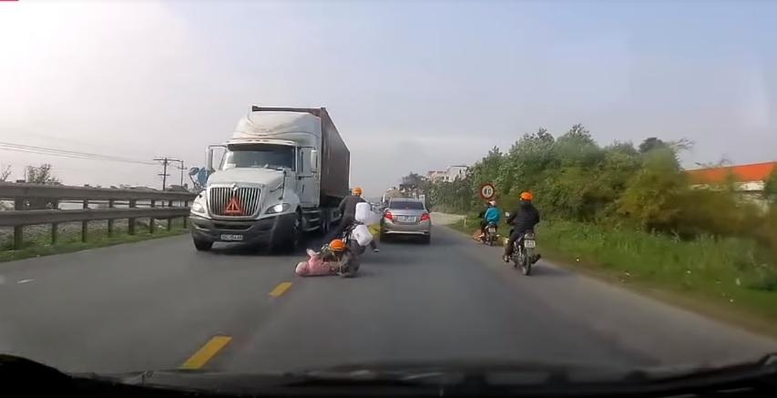 Majka i dete su pali s motora, a ono što je žena potom uradila ostavlja bez teksta (VIDEO)