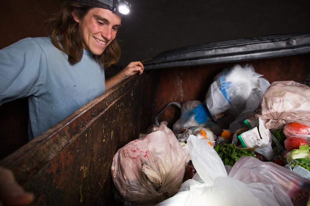 Ne žele da troše novac, pa svoju bebu hrane onim što nađu u kontejneru (FOTO)