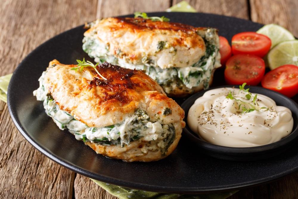 Sočna i meka iz rerne: Piletina punjena feta sirom za savršen kasni ručak ili večeru