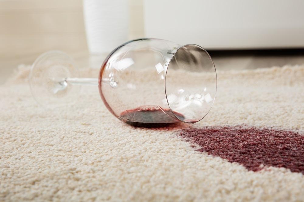 Rešite se fleka na tepihu ili nameštaju uz pomoć par trikova (VIDEO)