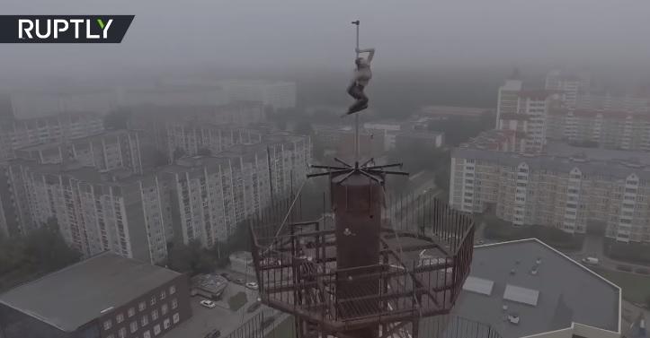 Neustrašiva Ruskinja: Ples oko šipke na neboderu oduzima dah (VIDEO)