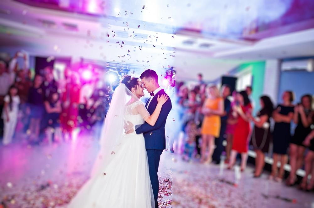 Pohvalila se haljinom za svadbu kod drugarice, a onda su je sve žene prekorele (FOTO)