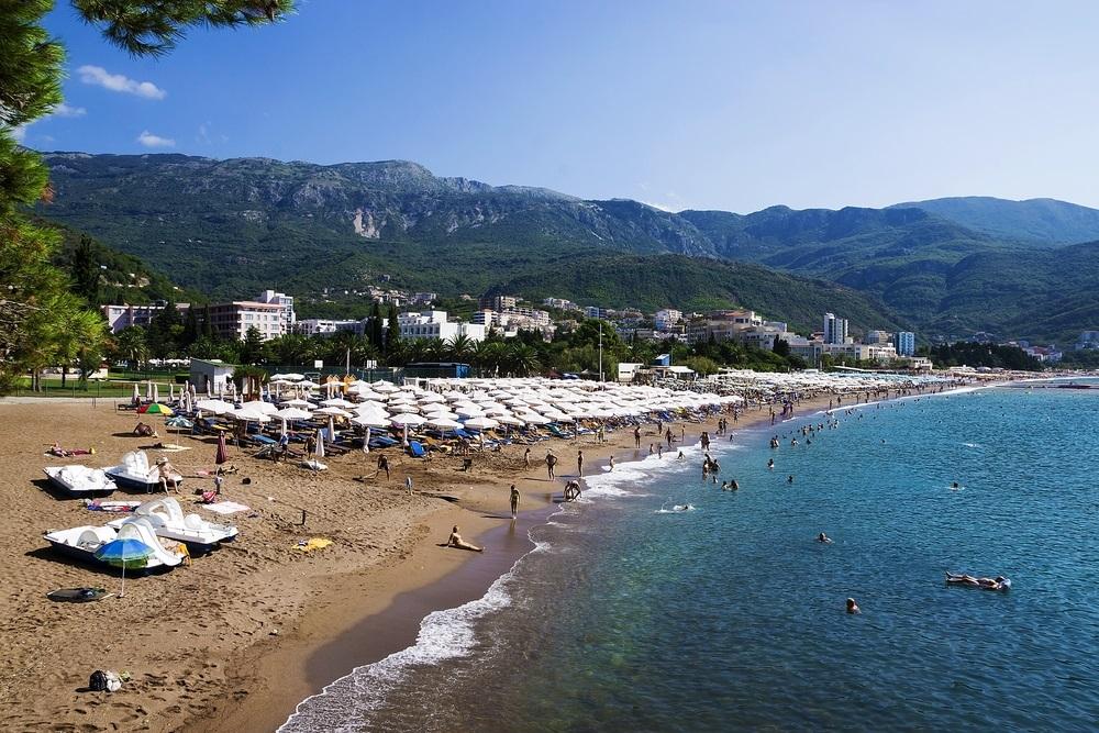 Odeš na more, a ne smeš da šetaš u kupaćem: Turistima u Crnoj Gori prete kazne i do 700 evra