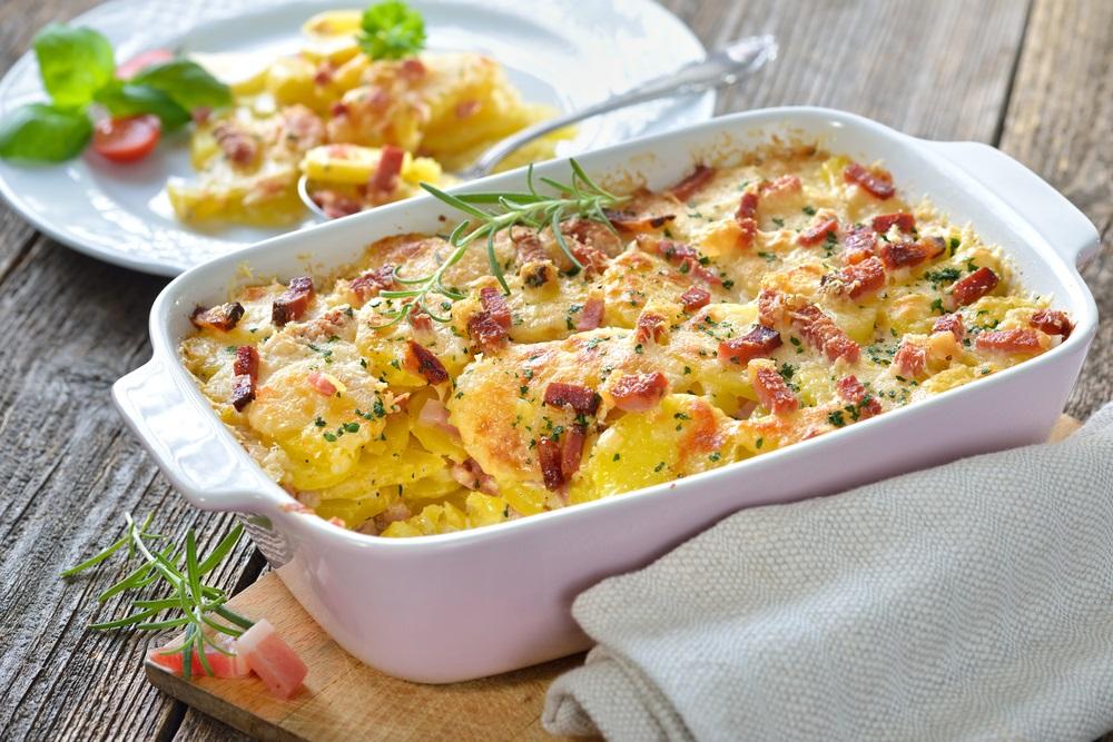 Veoma brzo i lako: Sočni pečeni krompir sa sirom i slaninom